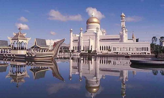 The Government of Brunei approves new laws and makes gay sex and adultery punishable by death