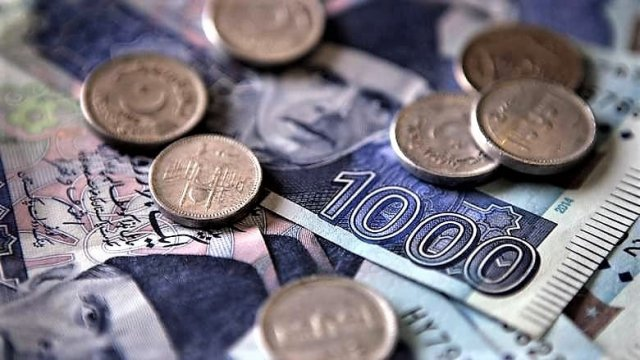 Rupee continues to struggle as SBP reserves drop by 0.7%